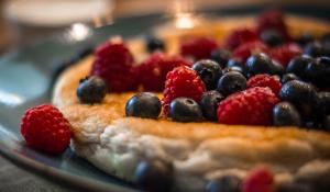 """Puszysty omlet  """"na słodko"""" z owocami – przepis"""